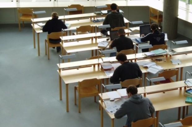 Olsztyn: studenci medycyny używali mikrosłuchawek do ściągania na egzaminach