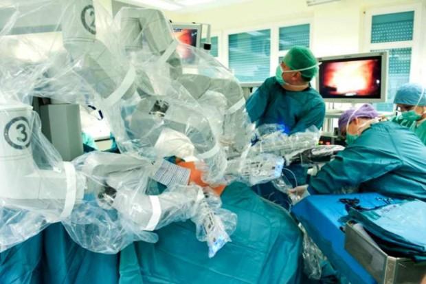 Eksperci apelują: więcej robotów w chirurgii