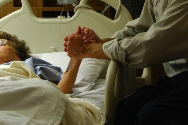 Jak w niektórych szpitalach uśmierzają ból wodą destylowaną