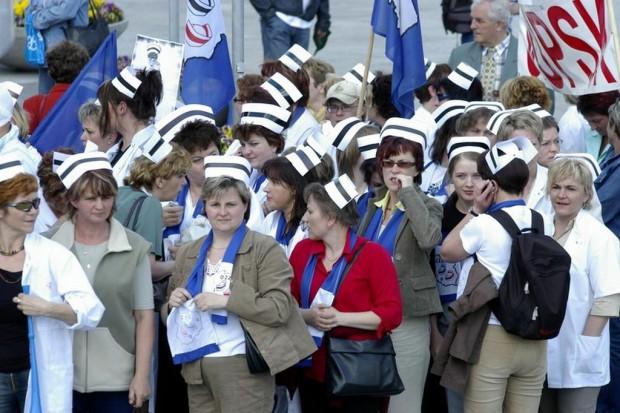 Pikieta pielęgniarek przed urzędem marszałkowskim w Kielcach