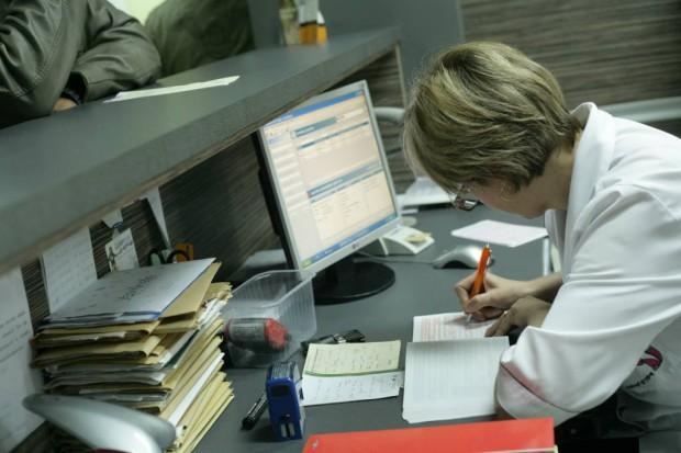 Sejm: dłuższy termin korzystania z papierowej dokumentacji medycznej