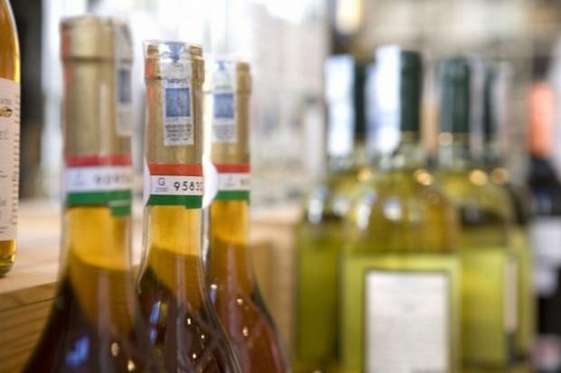 Mimo zakazu sprzedają alkohol nieletnim