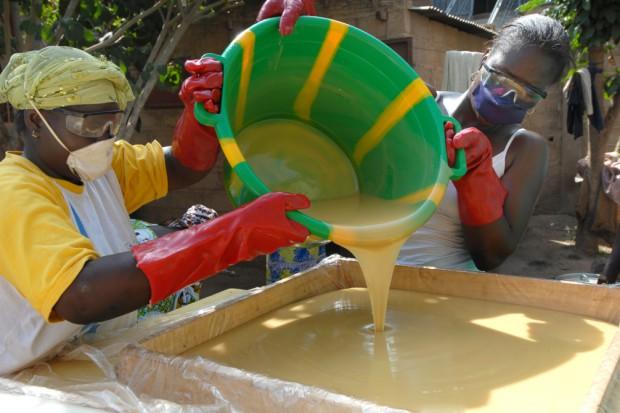 Walka z ebolą: świat na razie przegrywa z wirusem