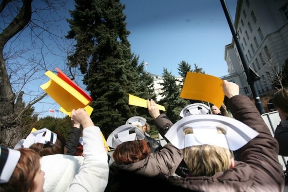 Racibórz: pielęgniarki protestowały przed starostwem