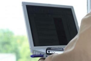 Onkolog apeluje do mężczyzn: zdejmijcie laptopy z kolan
