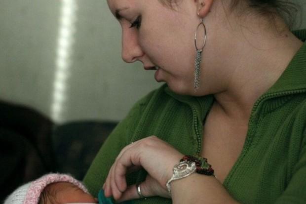 """Raport: karmienie piersią to """"złoty standard"""" żywienia niemowląt"""
