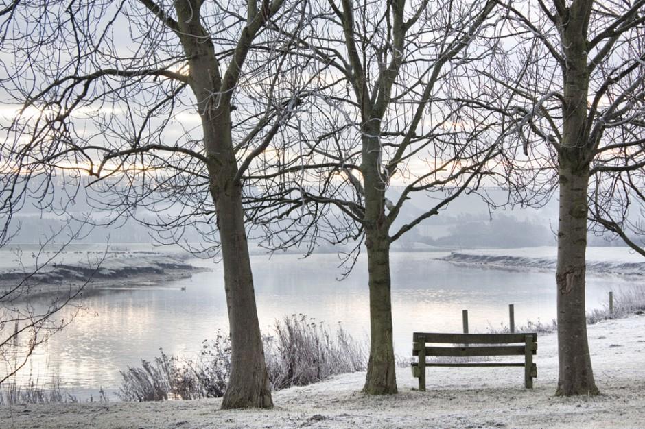 Zaczynają zamarzać mazurskie jeziora, ratownicy: lód niebezpieczny