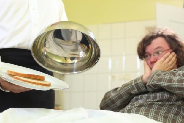 Dwie kromki chleba i parówka - pacjenci fotografują szpitalne posiłki