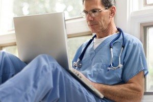 Anonimowe komentarze zirytowały francuskiego lekarza. Poszedł do sądu, ale przegrał