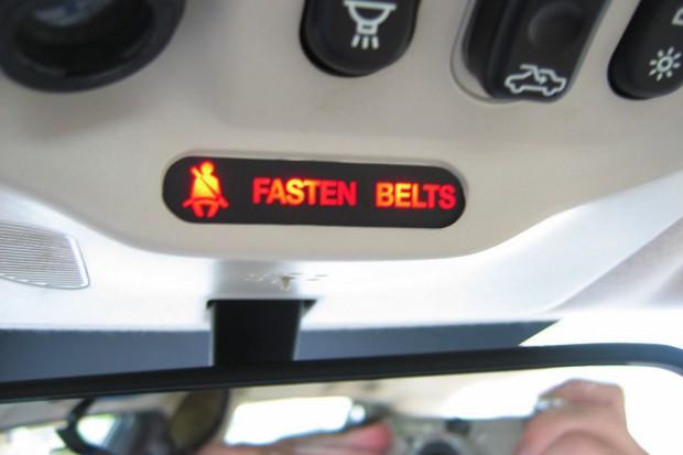 Coraz częściej zapinamy w samochodach pasy bezpieczeństwa