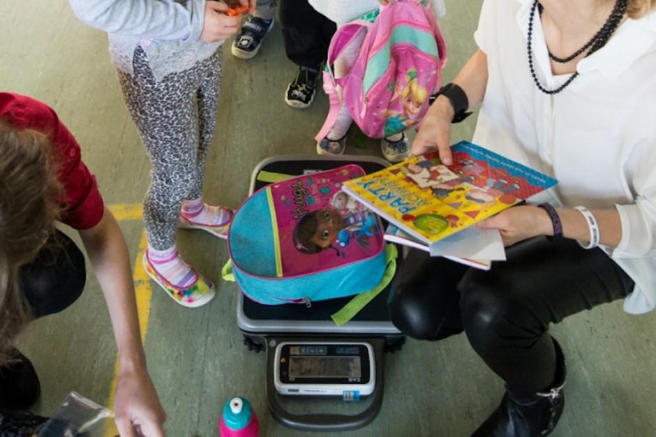 Bólom pleców u dzieci winne nie tylko ciężkie plecaki