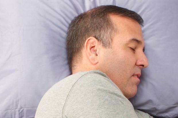 Badania: spanie na boku jest korzystne dla mózgu