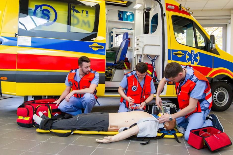 Śląskie: ambulans dydaktyczny do centrum symulacji włożono przez dach