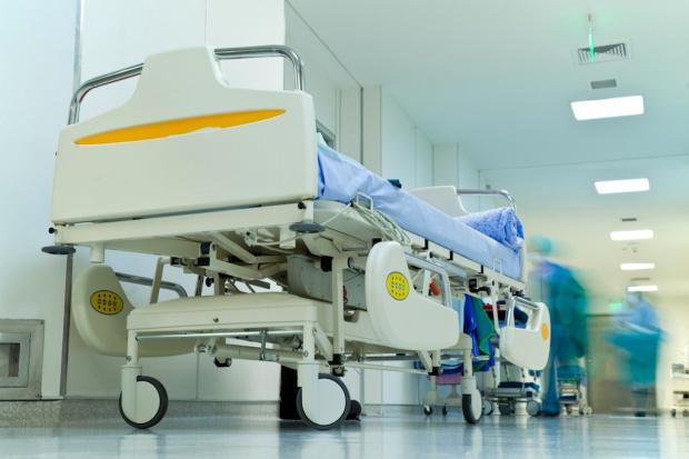 Polska Federacja Szpitali krytykuje odchodzenie od łóżek pacjentów