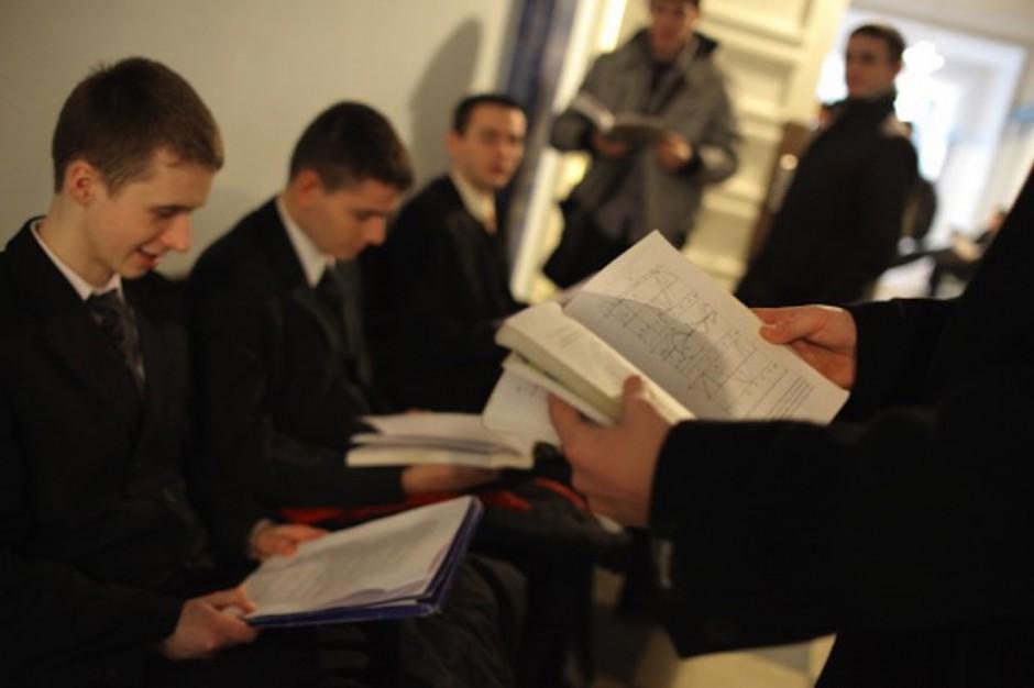 Poznań: kandydaci do technikum stoją po zaświadczenia lekarskie w długich kolejkach