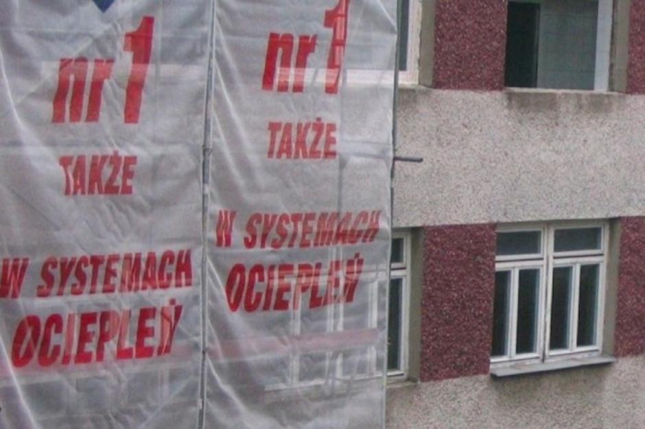 Starachowice: okres lęgowy jaskółki oknówki hamuje termomodernizację szpitala