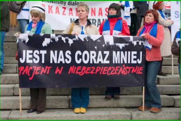 Odejście od łóżek pacjentów, strajk włoski, pikiety - tak protestowały pielęgniarki