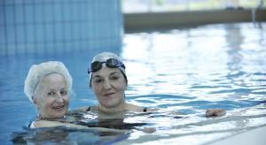 NIZP-PZH: nie ma ryzyka zakażenia COVID-19 przez wodę na basenie, jeśli...