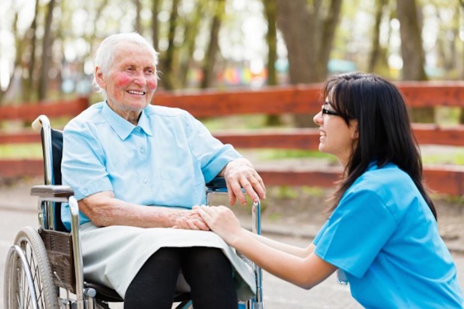 Opiekun medyczny miał być filarem opieki długoterminowej. Co zostało z tych planów?