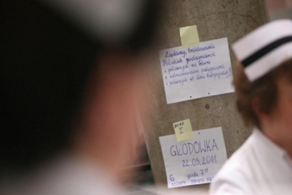 """Zarobki pielęgniarek: w Świętokrzyskiem to """"mniej niż zarabia kasjerka w Biedronce"""""""