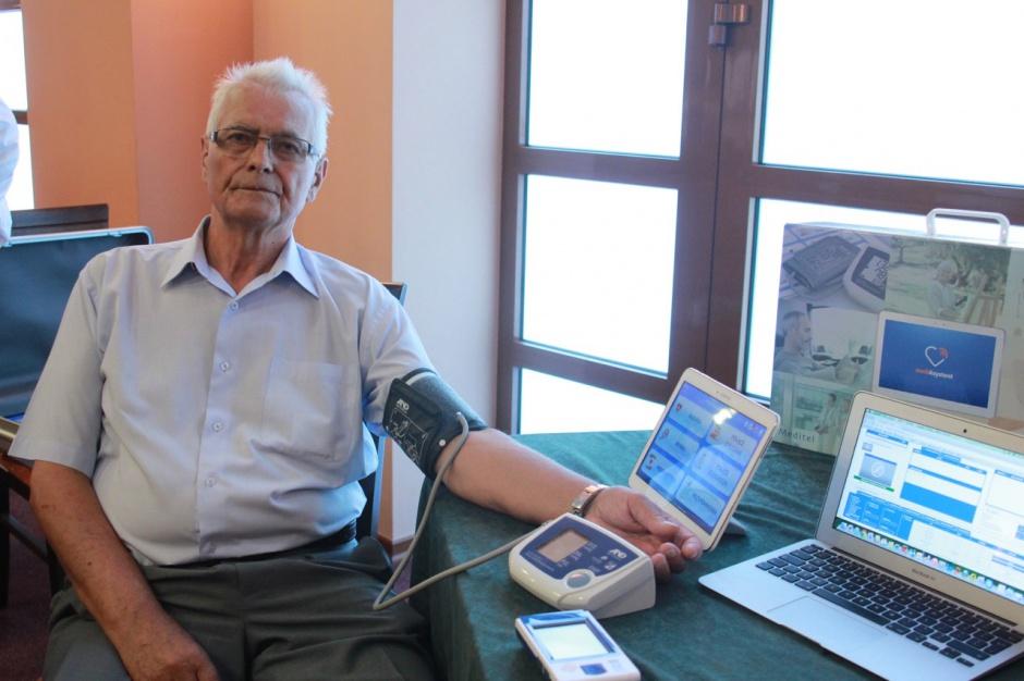 Kraków: seniorzy testują urządzenia do telemonitoringu