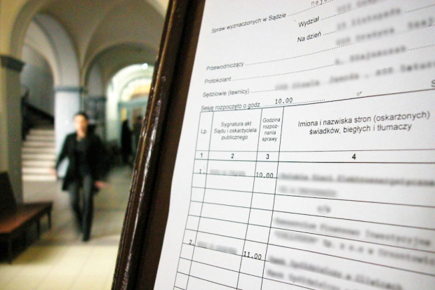 Kalisz: proces 15 osób, w tym siedmiu lekarzy oskarżonych o korupcję