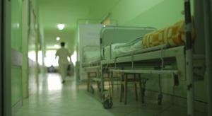Młody lekarz: praca w polskiej ochronie zdrowia jest jak pływanie w gęstym kisielu
