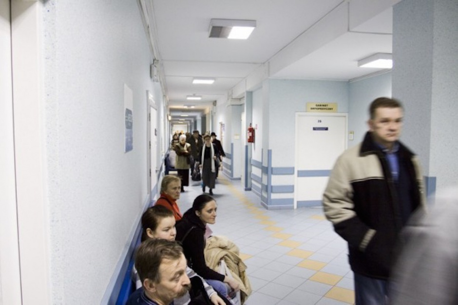 Poradnie specjalistyczne miały wrócić do szpitali, ale projekt utknął..