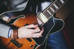 RPA: podczas usuwania guza mózgu musiał być świadomy, więc grał na gitarze