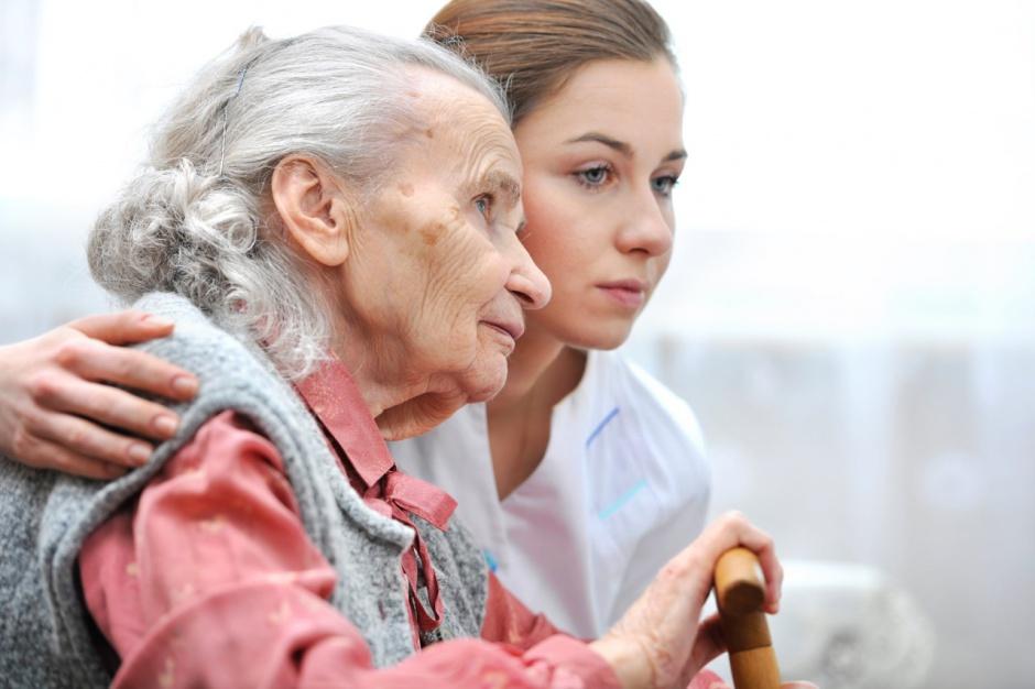 Cudzoziemcy nie uratują seniorów. Zawód opiekuna trzeba dowartościować