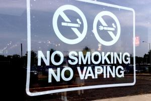 Senat za większymi restrykcjami ws. e-papierosów