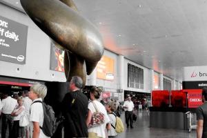Paszporty covidowe wydłużyły kolejki na lotniskach - odprawa jest pięć razy dłuższa