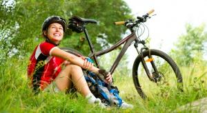 Lekarze: zakładajmy kaski dzieciom jeżdżącym na rowerach i rolkach