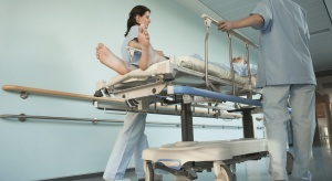 Łódź: salowe uciekają ze szpitali przez 500+