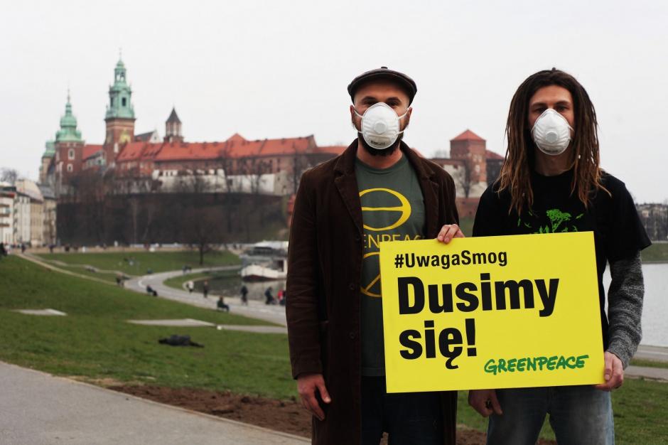 Smog w Krakowie, coraz więcej osób w maseczkach na twarzy
