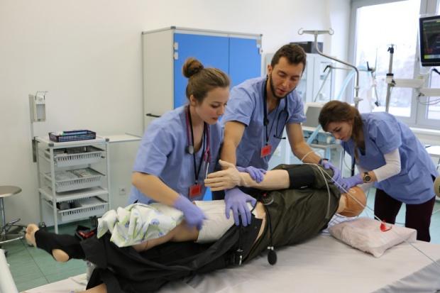 """Studenci medycyny rywalizowali """"lecząc"""" symulatory"""