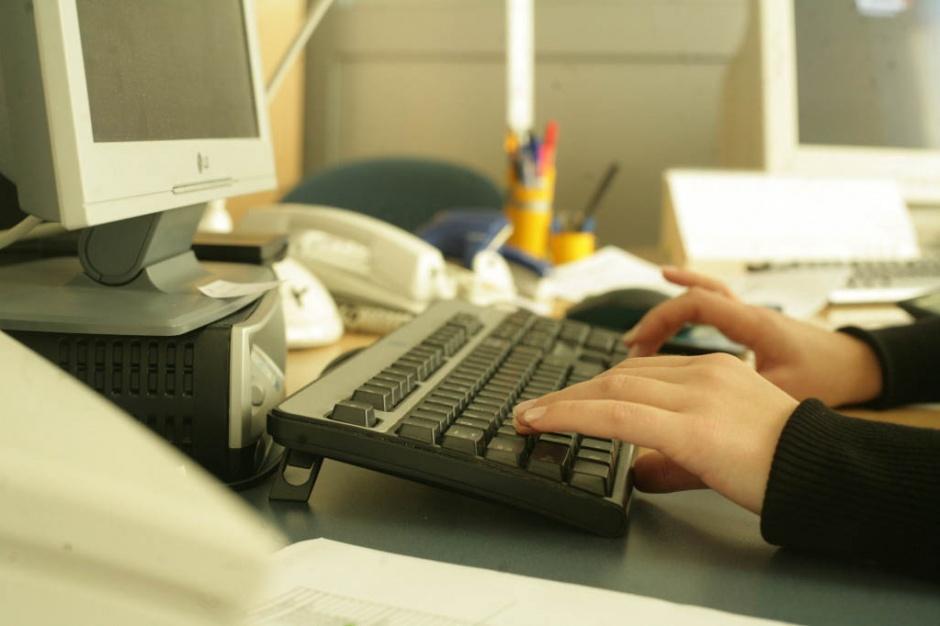Badania: ryzyko chorób przyzębia rośnie wraz z czasem spędzanym przy komputerze?
