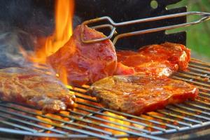 Gastroenterolog: potrawy z grilla i alkohol to fatalna mieszanka