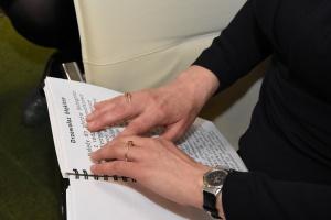 Wrocław: szpital otrzymał karty pacjenta napisane alfabetem Braille'a