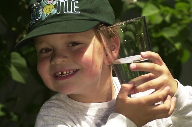 Ekspertka: dzieci piją za mało wody, a za dużo napojów słodzonych