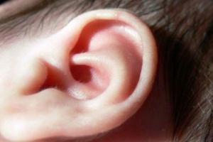 Poznańska klinika pierwsza w Polsce wszczepia nowy typ implantu słuchowego