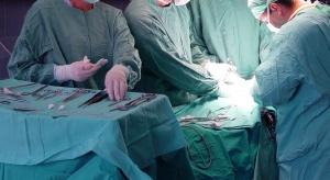 Wrocław: przeprowadzili operację kręgosłupa niestandardową metodą