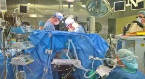 Specjaliści WUM wszczepili nowej generacji stentgraft do tętniaka w łuku aorty