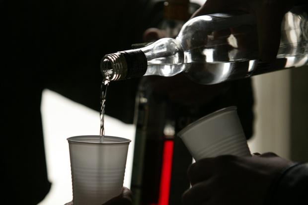 Lekarze ostrzegają: alkohol wchodzi w niebezpieczne interakcje z większością leków