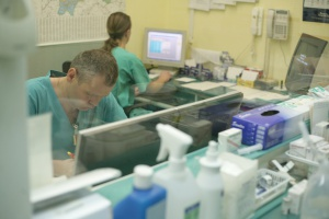 Obowiązkowe staże w szpitalach powiatowych nie podobają się rezydentom, ale dyrektorom bardzo