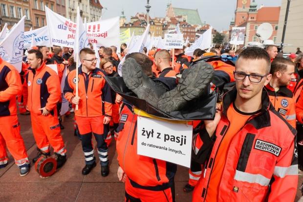 Ratownicy medyczni przeszli w proteście ulicami Warszawy
