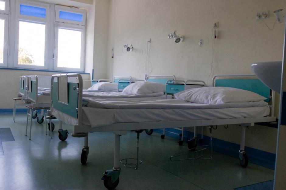 """Rzecznik MZ: myślimy o odblokowaniu części łóżek dla pacjentów """"niecovidowych"""""""