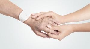 Tychy: seniorzy dostają z MOPS opaski monitorujące stan zdrowia