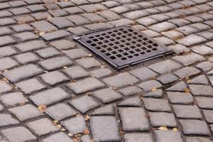 Kalisz: zakaz budowy chodników z kostki betonowej i brukowej - są niebezpieczne