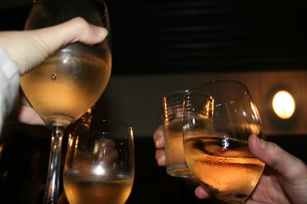 Alkohol w Sylwestra, czyli jak pić by nie przesadzić